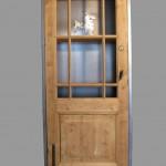 Kast gemaakt om antieke deur, van staal en hout. Opdracht.