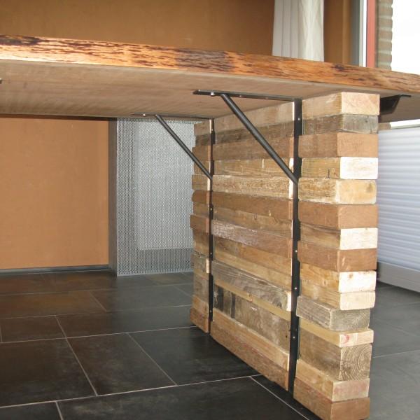 Bureau/Tafel. Blad van massief Sipo uit 1 stuk. Poten hergebruikte balkjes gevat in stalen banden. afm 250x100x75cm. Verkocht.
