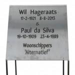 Plaat RVS met uitgesneden lettertekens. Afm. 60x60x60cm. Pootjes komen in de grond tot aan de plaat.